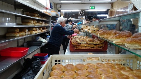 "Master Bakers making 100's of bagels at World Famous 24 hour bakery: ""Beigel Bake"" Brick Lane London"